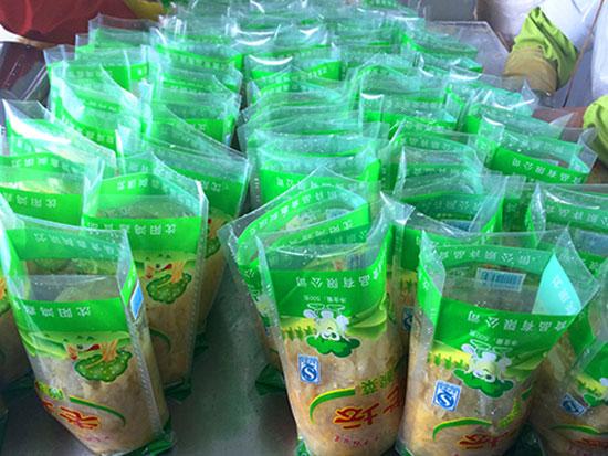 成功生产出的大量酸菜